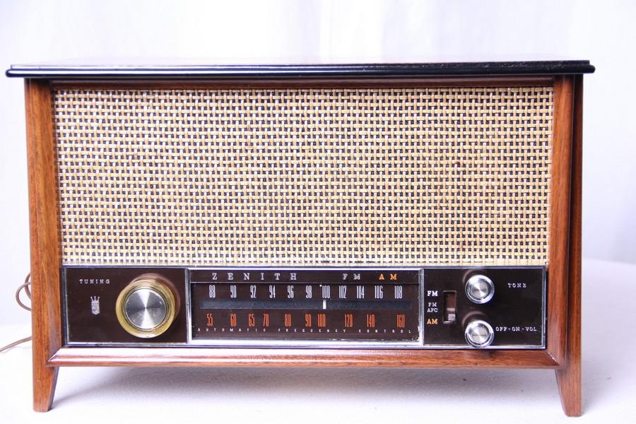 Današnja muzika na starim Radio prijemnicima iz sredine prošlog veka – samo za zaljubljenike